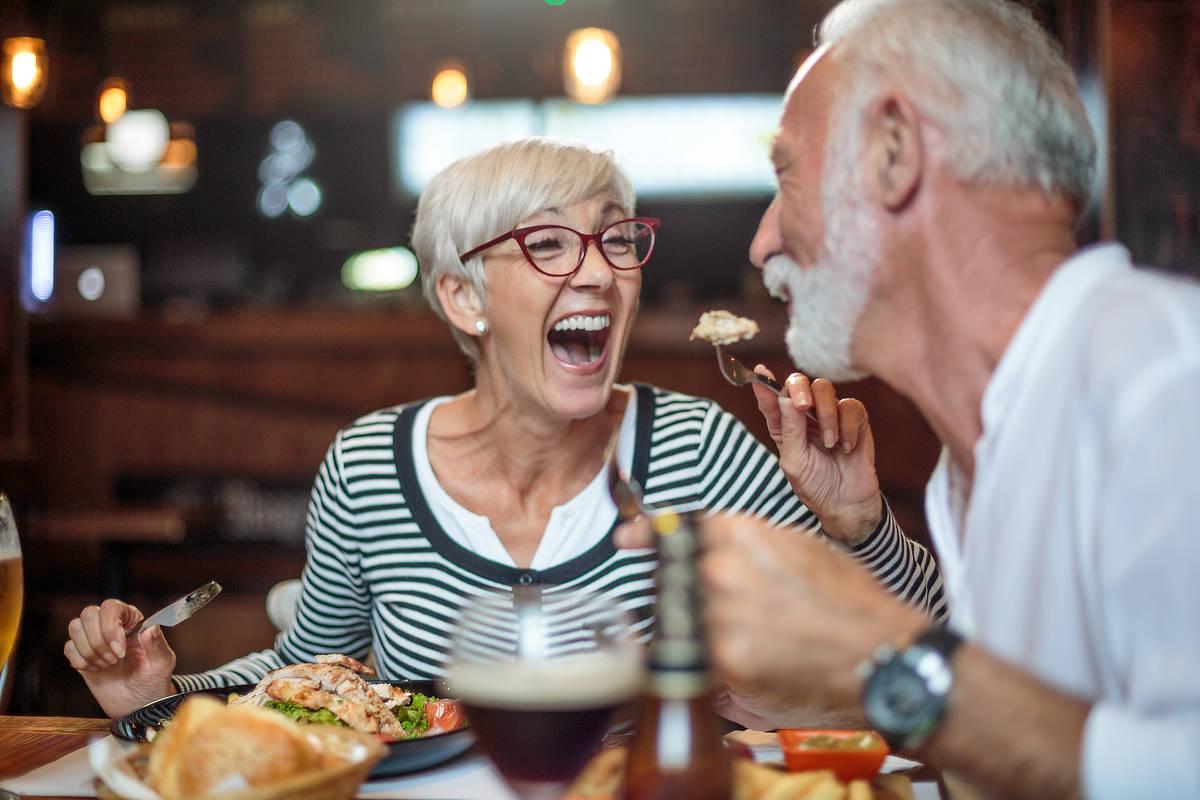 Zwei Menschen essen mit spaß